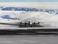 Самолет на американской авиабазе Туле на севере Гренландии