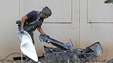 Израильский сапер проверяет остатки ракеты, запущенной с территории сектора Газы, в городе Ашкелон