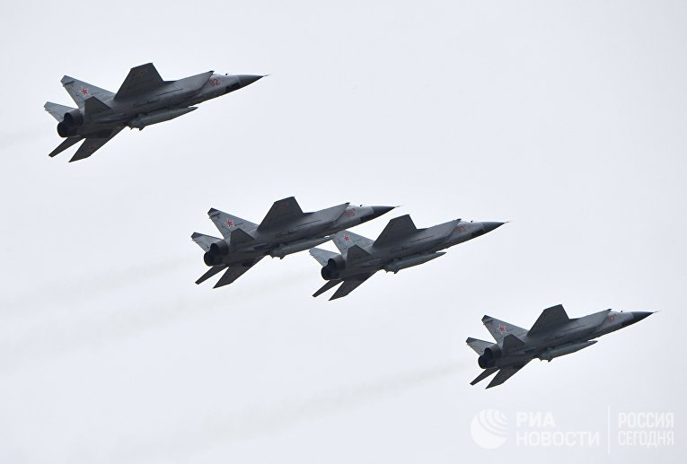 """Истребители-перехватчики МиГ-31 с ракетами """"Кинжал"""""""