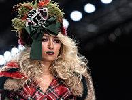 """Модель демонстрирует одежду из новой коллекции дизайнера Игоря Гуляева в рамках Mercedes-Benz Fashion Week Russia в Центральном выставочном зале """"Манеж"""" в Москве"""