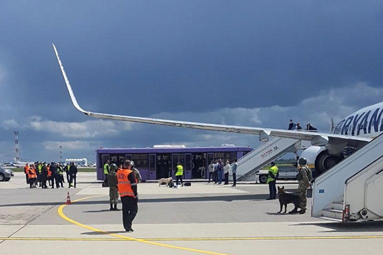 Самолет Ryanair на перроне международного аэропорта Минск