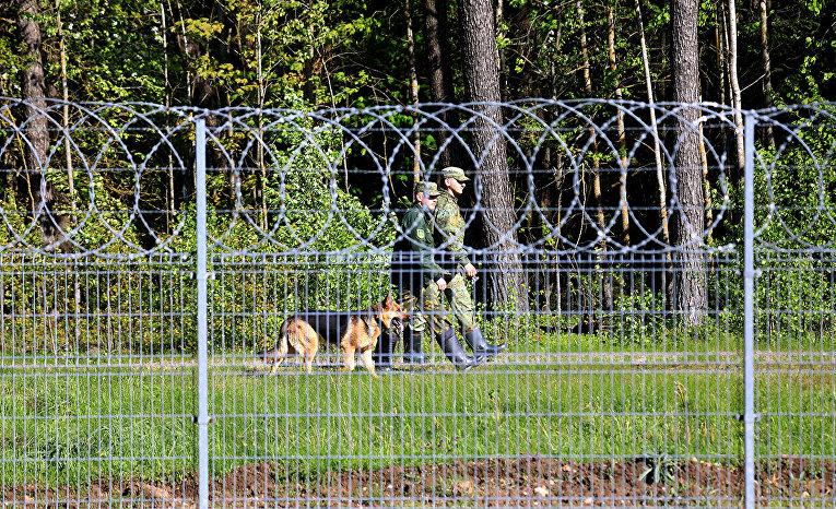 Белорусские пограничники на литовско-белорусской границе в Салчининкае