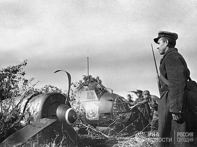 Один из первых немецких самолетов, сбитых зенитчиками в районе Киева, 1941 год