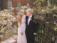 Борис Джонсон и его жена Кэрри в саду на Даунинг-стрит после их свадьбы в Лондоне