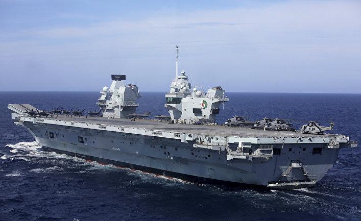 Авианосец HMS Queen Elizabeth у берегов Португалии