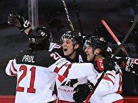 Игроки сборной Канады радуются победе в матче 1/4 финала чемпионата мира по хоккею 2021