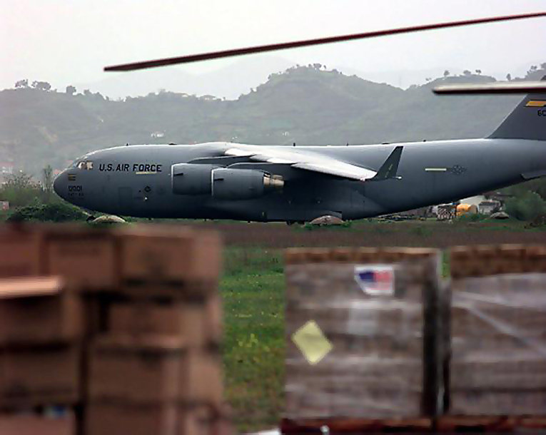 C-17 на авиабазе Чарлстон Филд, штат Южная Каролина перед вылетом с гуманитарной помощью