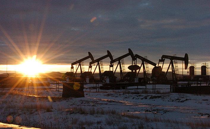Работа нефтяных станков - качалок в Северной Дакоте, США