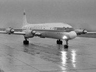 Самолет Ил-18 на взлетной полосе.