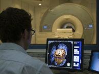 Доктор проводит МРТ-исследование в лаборатории в Швейцарии