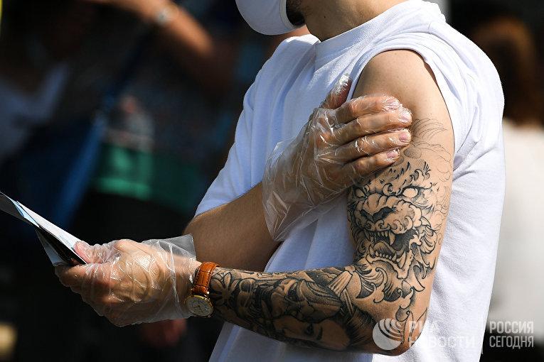 Житель Москвы после вакцинации от covid-19 в павильоне «Здоровая Москва» в парке «Музеон»