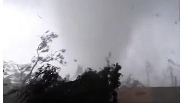 The Guardian (Великобритания): мужчина запечатлел момент, когда торнадо обрушился на его дом в Чехии