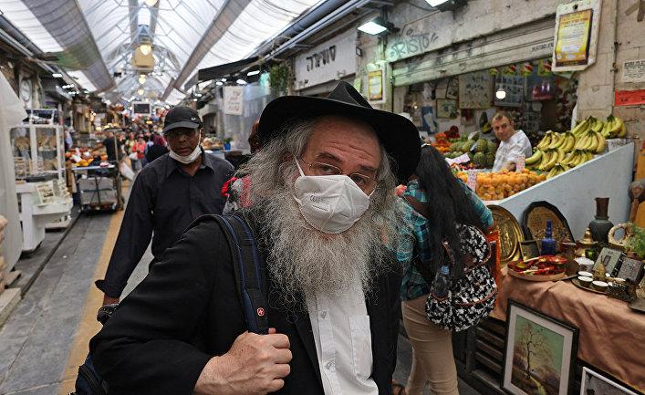 Покупатели на продуктовом рынке в Иерусалиме