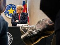 Бывший президент Трамп присоединяется к губернатору Техаса Эбботту на брифинге на границе с Мексикой в штате Техас