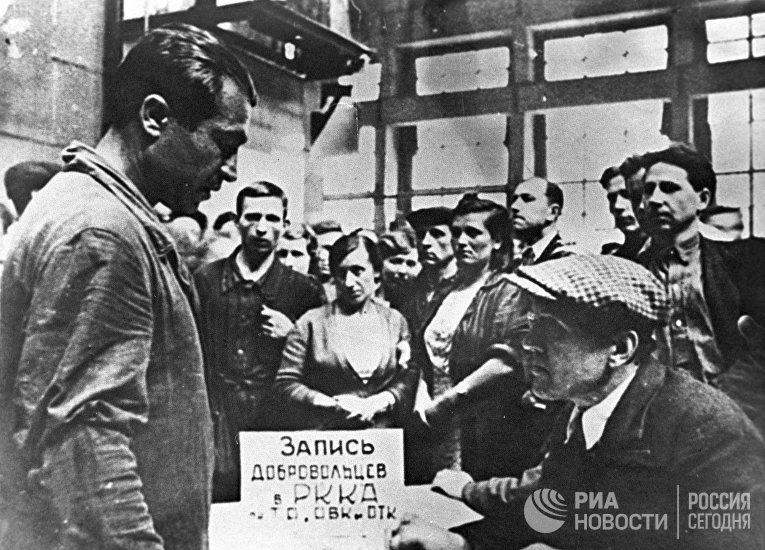Запись добровольцев на фронт на Ленинградском металлическом заводе
