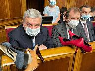 В Раде министру обороны подарили туфли на каблуках
