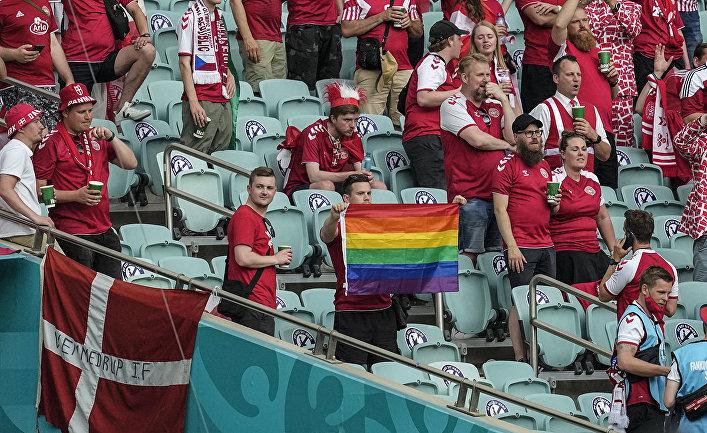 Датский болельщик с радужным флагом на матче Дания-Чехия в Баку, Азербайджан