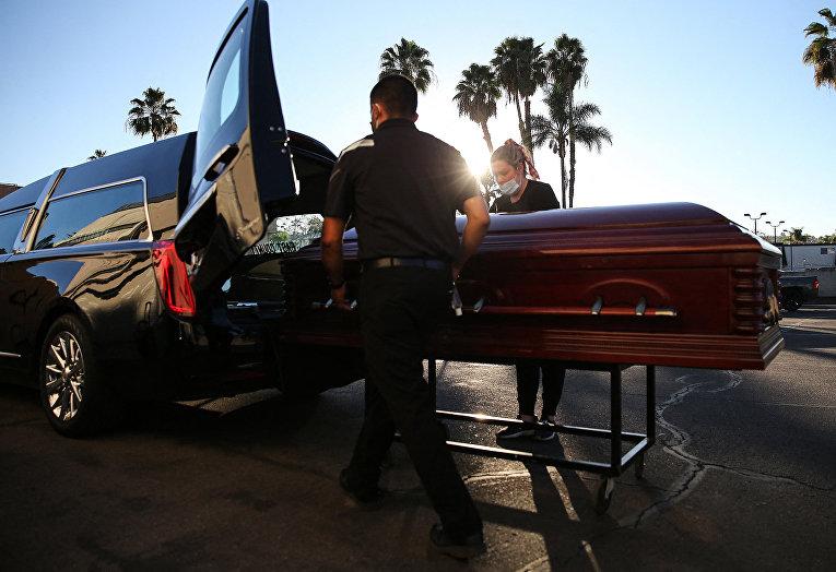 Похороны умершего от коронавируса в Эль-Кахоне, Калифорния