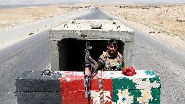 Солдат Афганской национальной армии на контрольно-пропускном пункте возле авиабазы Баграм