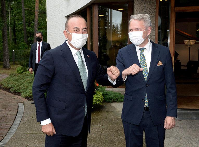 Министр иностранных дел Финляндии Пекка Хаависто и министр иностранных дел Турции Мевлют Чавушоглу