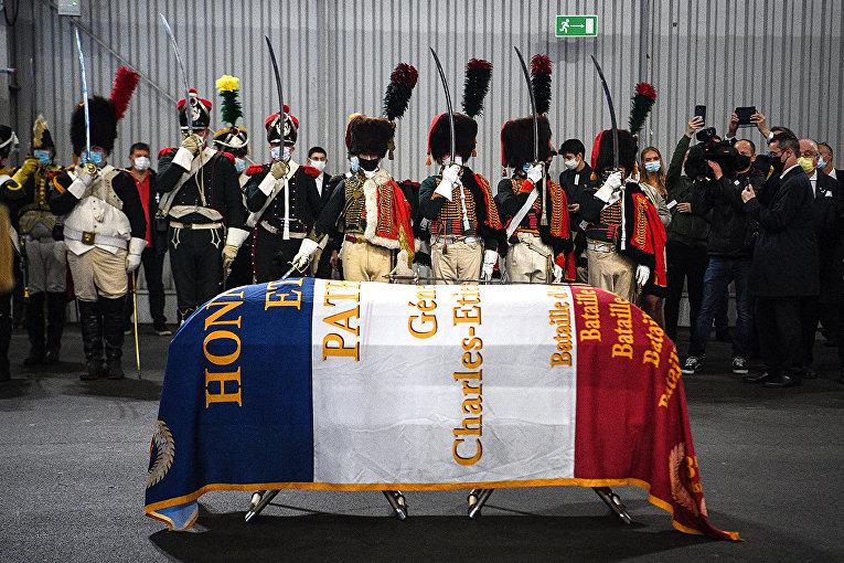 Церемония встречи останков французского генерала Шарля Этьена Гюдена в аэропорту Ле Бурже
