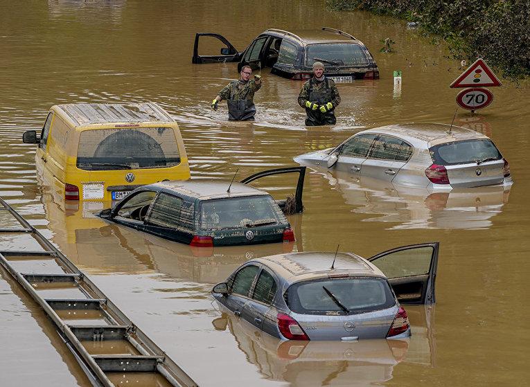 Затопленные автомобили в Эрфтштадте, Германия