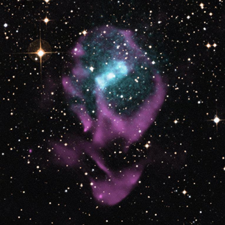 Комбинированный оптический, радио- (фиолетовый цвет) и рентгеновский (голубой цвет) снимок Циркуля X-1 и разлетающихся останков сверхновой