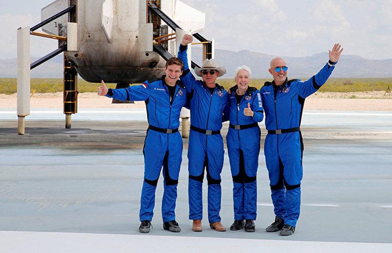 Американский бизнесмен Джефф Безос (2-й слева) с товарищами по экипажу