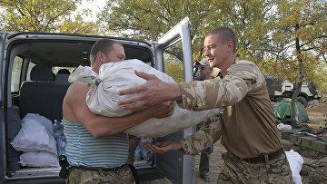 Солдаты украинской армии разгружают автомобиль