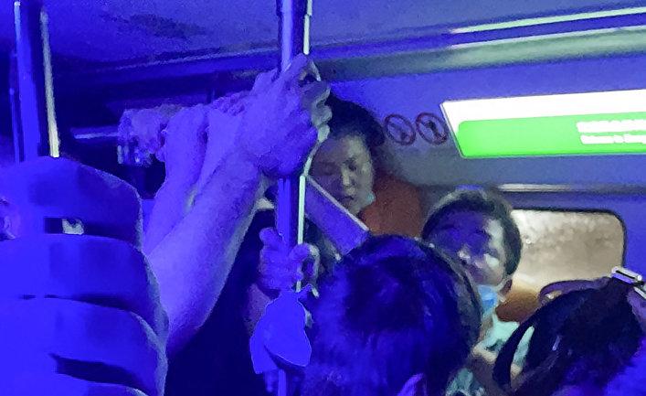Пассажиры метро в затопленном вагоне в Чжэнчжоу