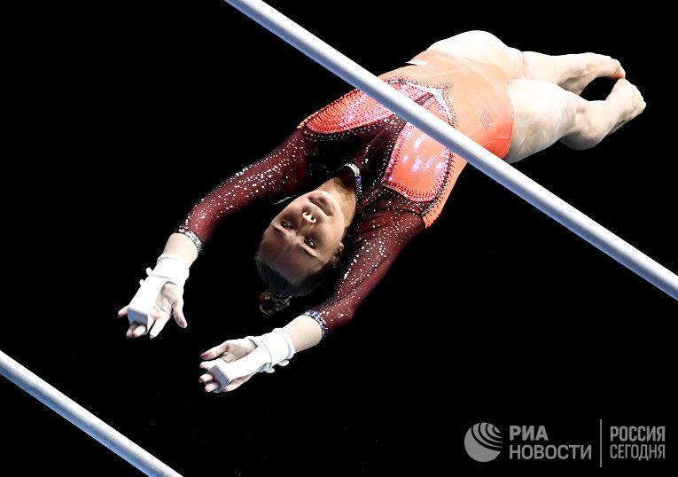 Ангелина Мельникова (Россия) выполняет упражнения на разновысоких брусьях
