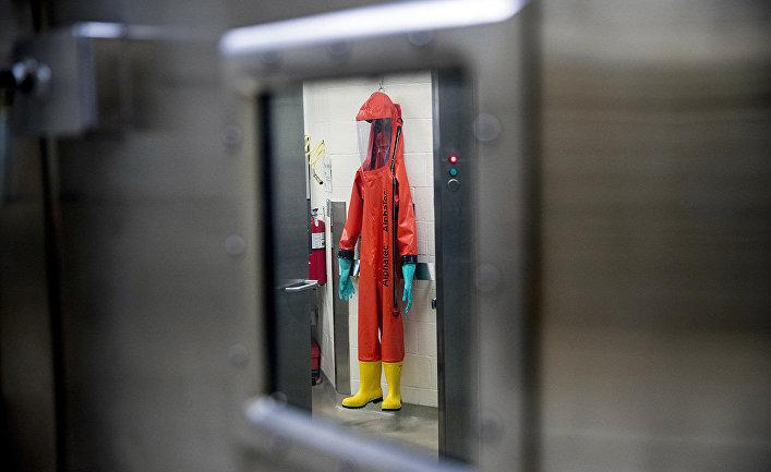Защитный костюм в медицинском научно-исследовательском институте инфекционных заболеваний Армии США в Форт-Детрике