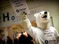 Белые медведи протестуют в защиту людей на саммите ООН по климату в Копенгагене в 2009 году