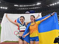 Золотая медалистка россиянка Мария Ласицкене вместе с бронзовой медалисткой Ярославой Магучих из Украины