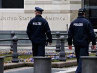 Патруль немецкой полиции перед посольством США в Берлине