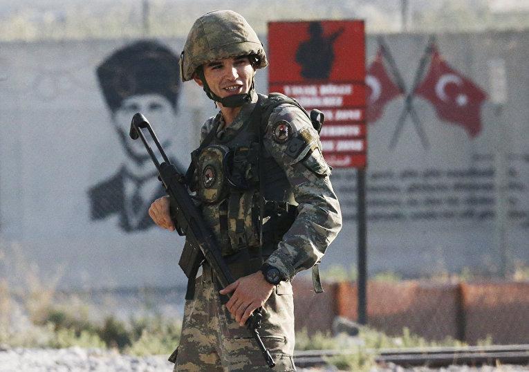 Турецкий солдат на границе с Сирией