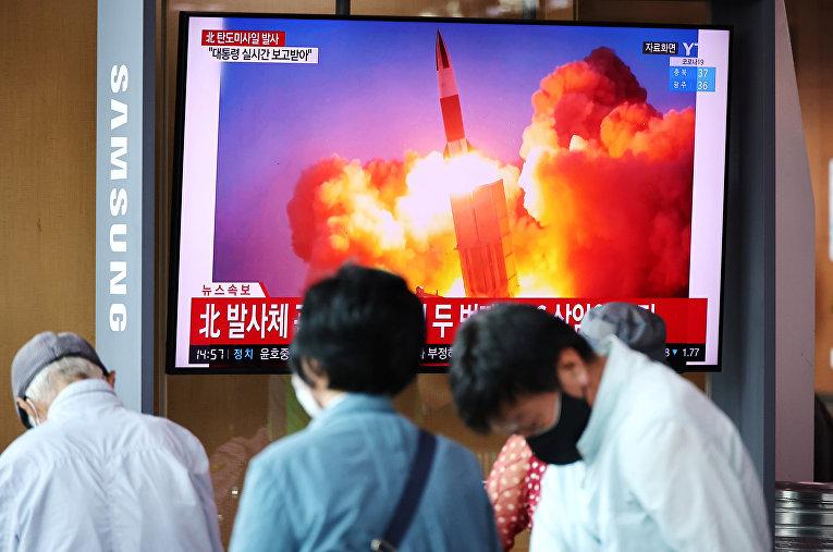 Телевизионная трансляция о запуске Северной Кореей баллистических ракет, в Сеуле, Южная Корея