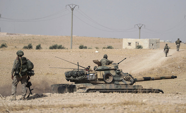 Турецкие солдаты и танк вблизи сирийского города Манбидж